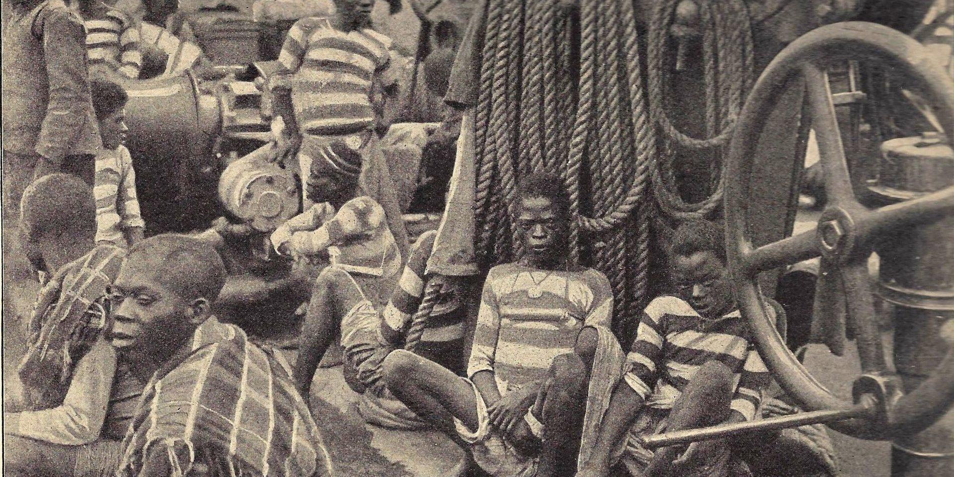 Esclaves sur le pont d'un navire, vers 1900.